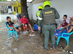 Cinco personas son sorprendidos por la Policía, consumiendo alcohol en via pública. Foto: Mebar