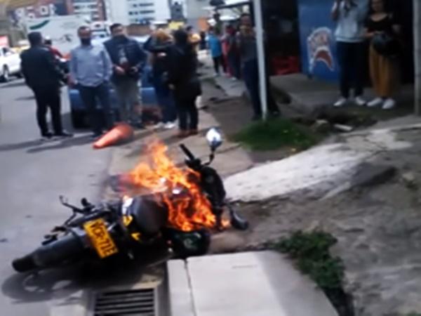 Ladrón en Pasto burló a la Policía pero no a la comunidad, le quemaron la motocicleta