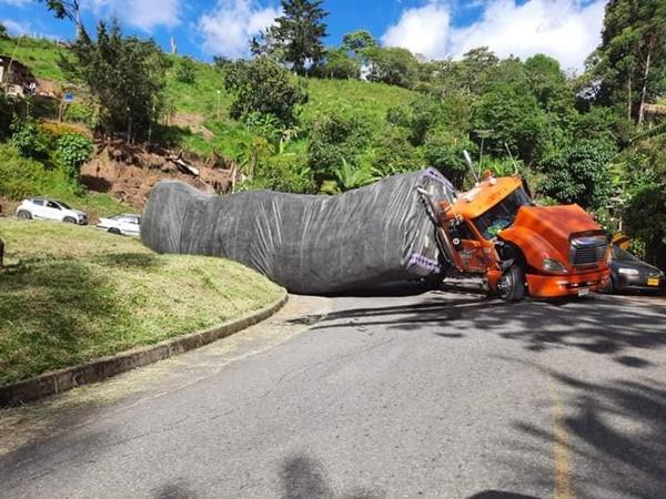Emergencia en Cauca: tractomula cargada se reciclaje se volcó en vía a Popayán