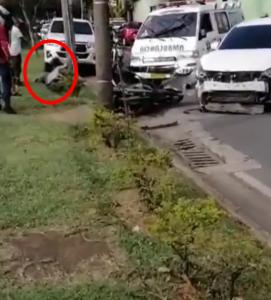 Heridos en el suelo, parachoques en un poste: una moto y un camión chocan en el sur de Cali - Noticias de Colombia